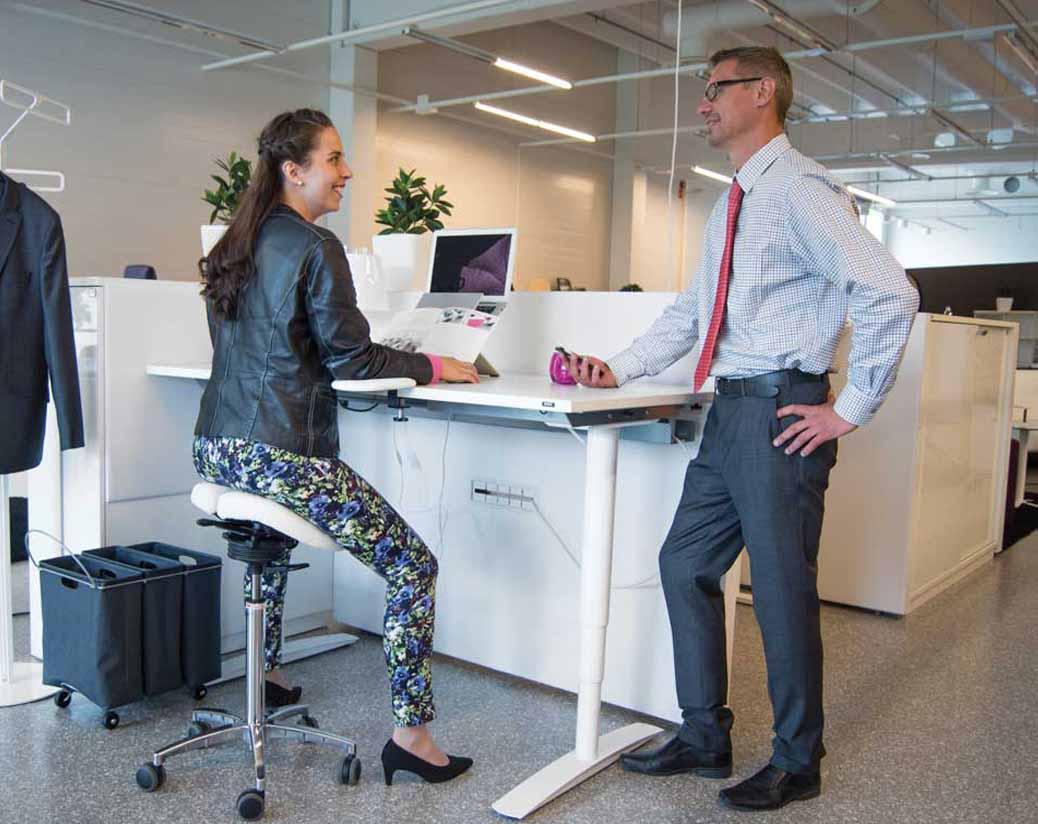 asiento tipo silla de montar marca salli para oficinas saludables