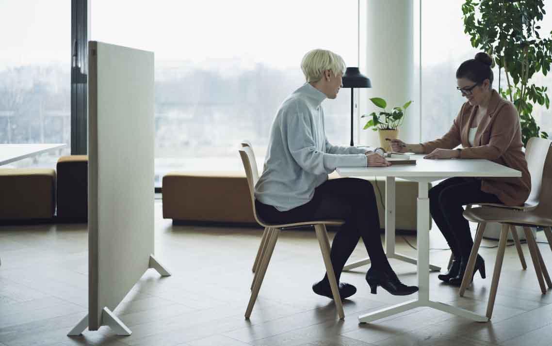 mamparas separadoras entre puestos de trabajo de oficina