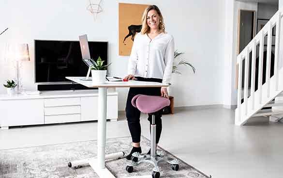conjunto de assento ergonómico e mesa de altura variável para teletrabalho